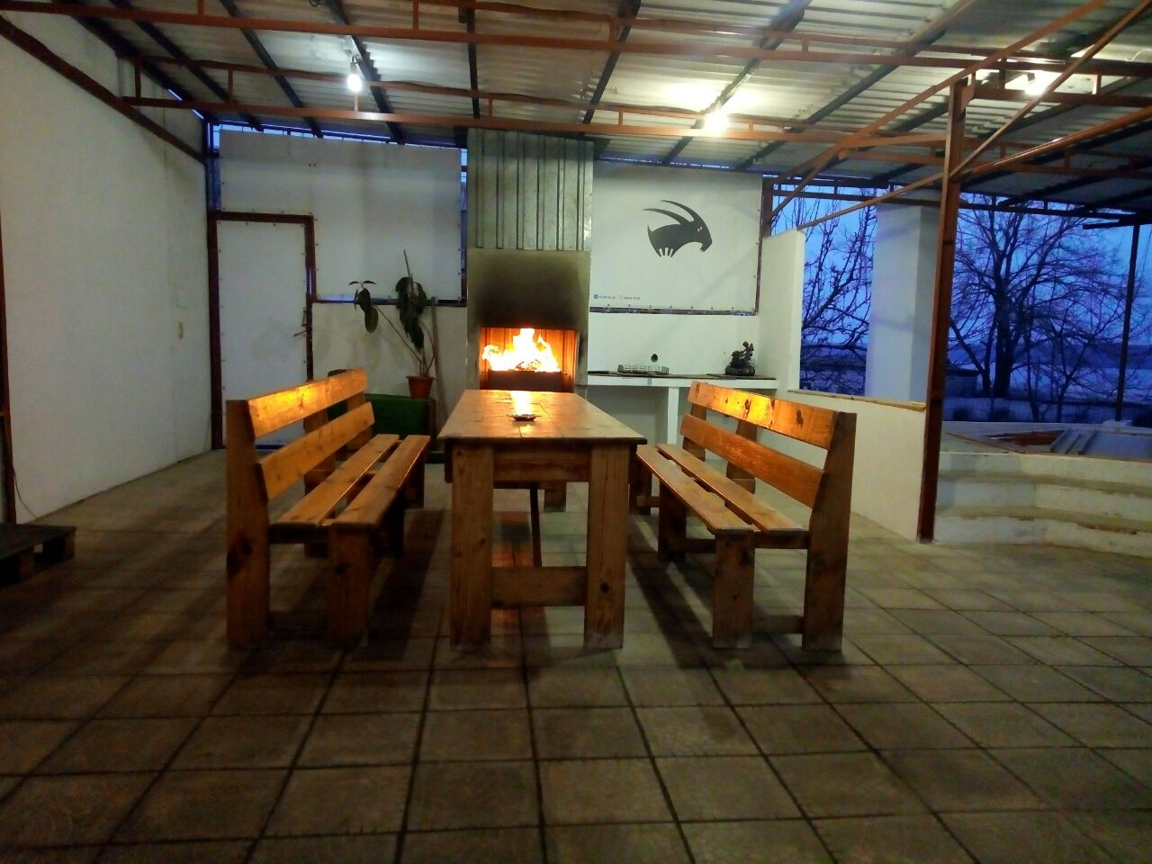 Стол во дворе и мангал